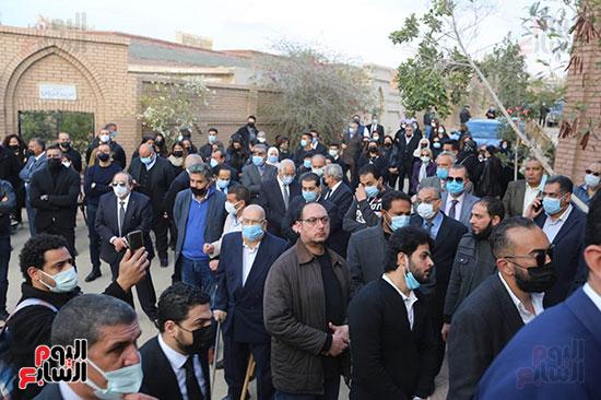 المشاركون بالجنازة أمام المقابر