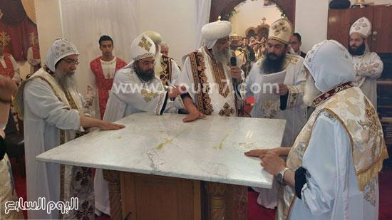 قداسة البابا يمسح بيده زيت الميرون على الهيكل -اليوم السابع -5 -2015
