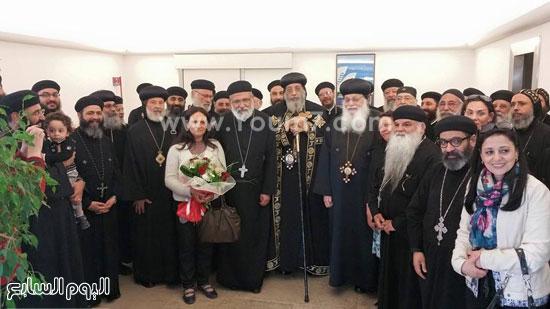صورة تذكارية تجمع البابا وعدد من الكهنة والأساقفة -اليوم السابع -5 -2015
