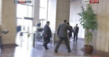 السفير وهو يغادر مكتبه
