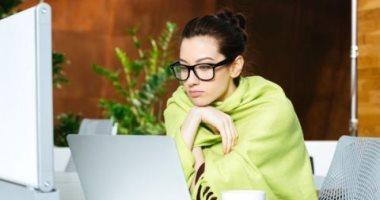 4 أسباب وراء شعور المرأة بالبرد أكثر من الرجل