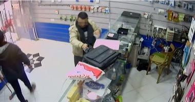 بالفيديو شاب ينتحل صفة مدرس ويسرق محل موبايلات بالحوامدية