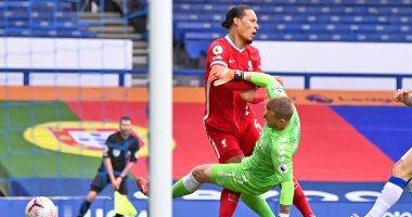 حكم مباراة ليفربول وإيفرتون يعترف: أخطات لعدم طرد بيكفورد بعد إصابة فان دايك