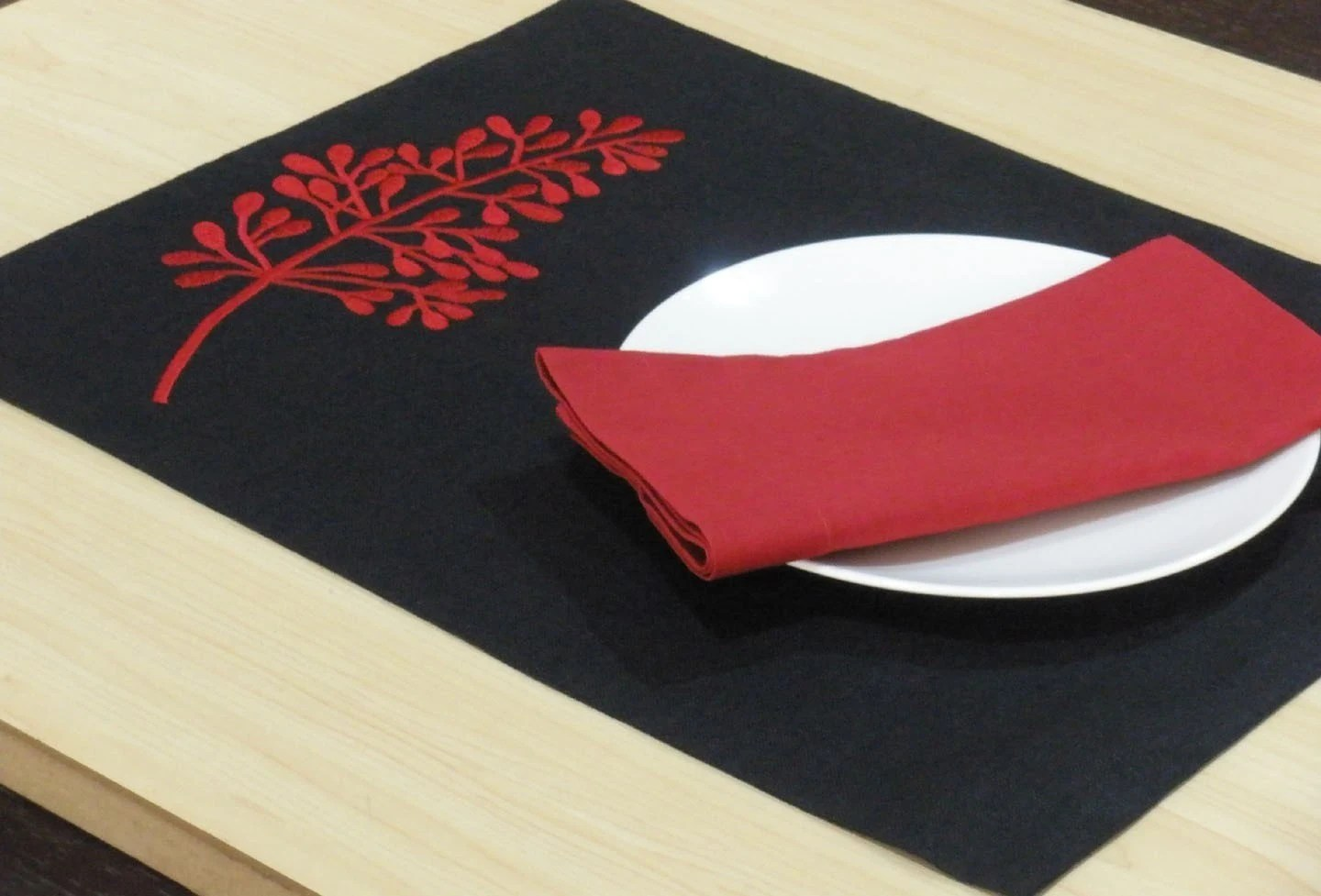 Red Fern Placemats, Placemats Set of 4, Embroidered Placemats, Red Fern on Black Linen Placemats, Holiday Placemats, Table Linen, Tabletop - KainKain
