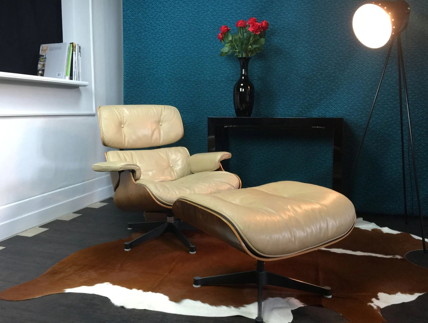 Authentic lounge chair cream colored charles ray eames for Mobilier international eames