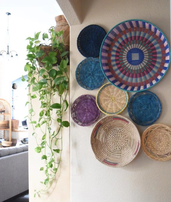 "20"" vintage set of 8 colorful wall straw rattan plastic basket / straw trivets"