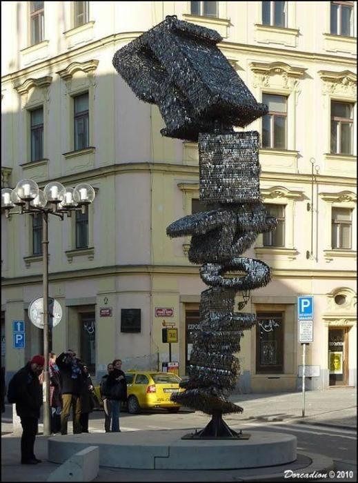 Скульптура из ключей в Праге (6 фото)