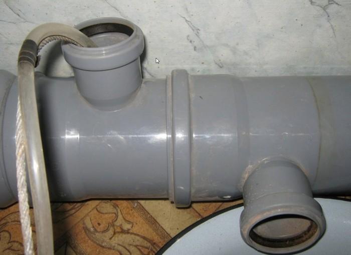 Подача горячей воды в трубу канализации