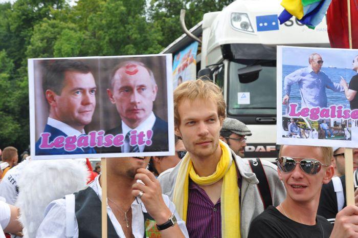 «Если хочешь меня   улыбнись» (гей парад в Берлине)