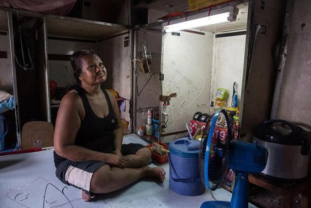 Три семьи в Таиланде живут в заброшенном самолете рядом с современными домами