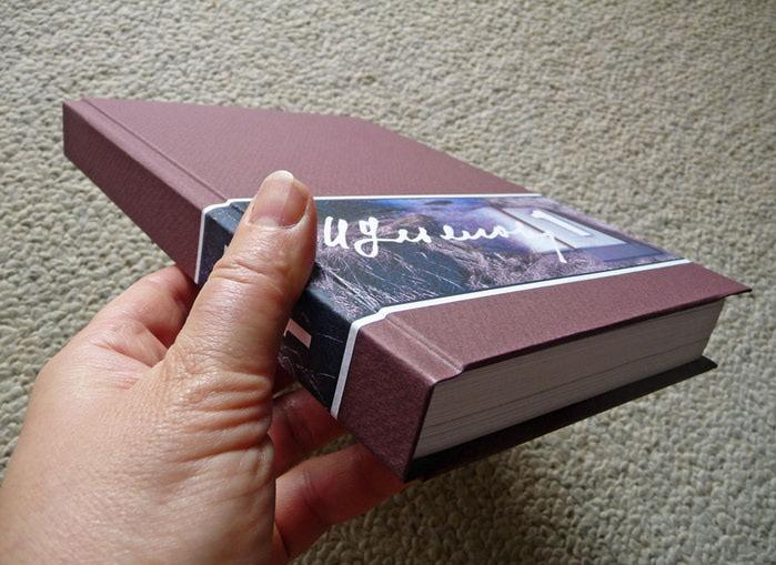 Beginnend om het boekblok en het deksel te lijsten, is het noodzakelijk om hiervoor passen te maken, het blok in het deksel passend is, zodat al zijn randen in grootte vallen en notities op de hoeken van de bevestigingen. Dan is een rand van de stof bedekt met lijm en gelijmd aan de bel. Vervolgens wordt het samen met de stof nette netjes gedrenkt, deze kant naar beneden omdraaien, aan de omslag gelijmd, met de beoordeling van de rand met de gemaakte markeringen. Op dezelfde manier is het boek bevestigd aan de tweede afdekking van de binding.