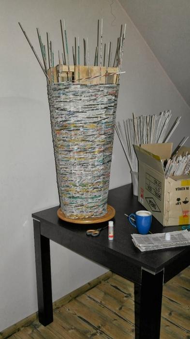 Плетение из газет. Высокое кашпо для комнатного фикуса ...