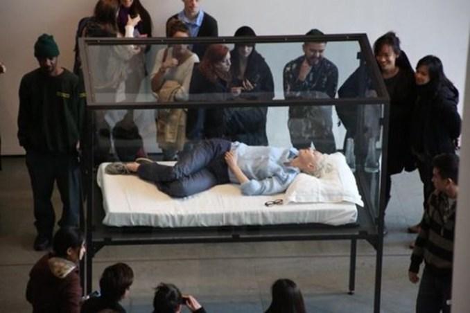 Спящая в музее актриса Тильда Суинтон. Фотографии