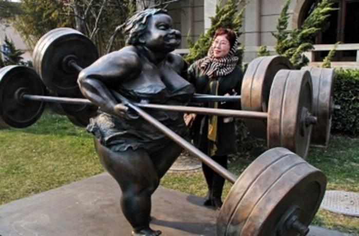 Улицы Пекина украсили скульптурами полных женщин