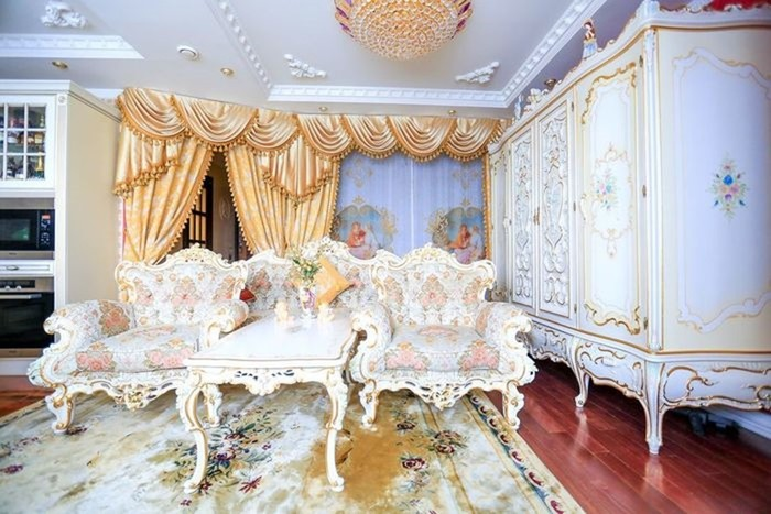 В Москве жительница многоэтажки оформила квартиру в стиле барокко