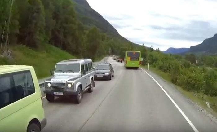 Дети решили перебежать дорогу сзади автобуса, не оценив дорожную обстановку