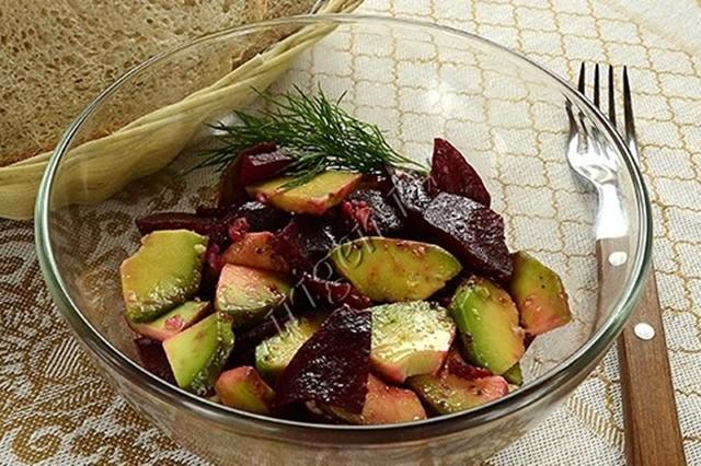 Вкусный салат из авокадо и свеклы