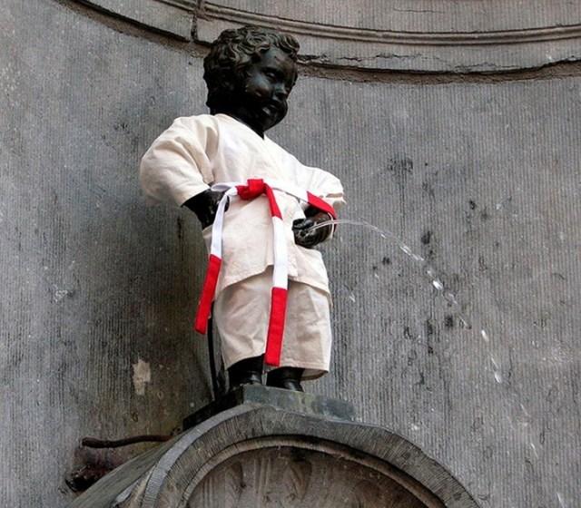 Зачем в Брюсселе поставили Писающего мальчика и почему он «переодевается»