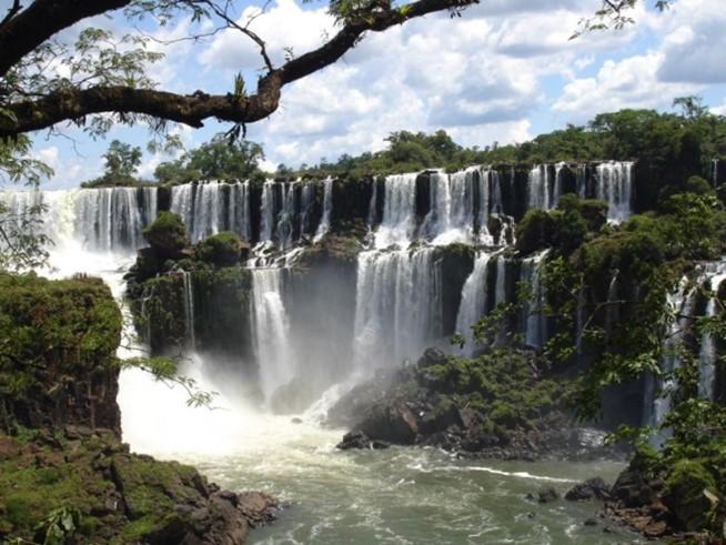 Водопад Хуангошу— знаменитая природная достопримечательность Китая