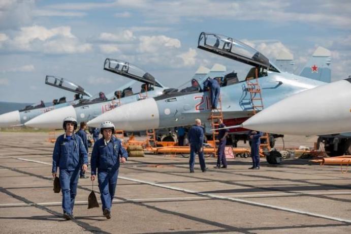 Боевые истребители приземлились на ростовскую дорогу