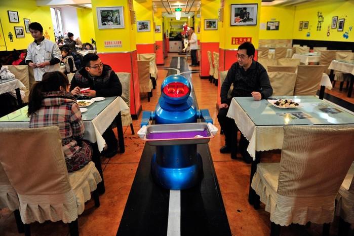 Робот официант в Харбине, Китай