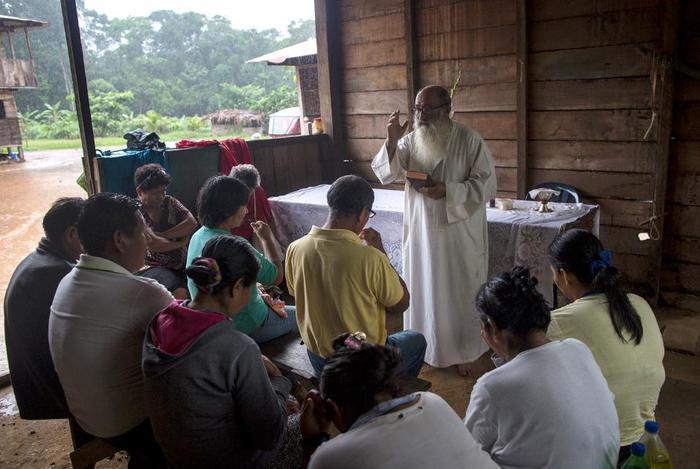Мачете вместо креста: священник Пабло Забате спасает нищих и проституток в богом забытом месте