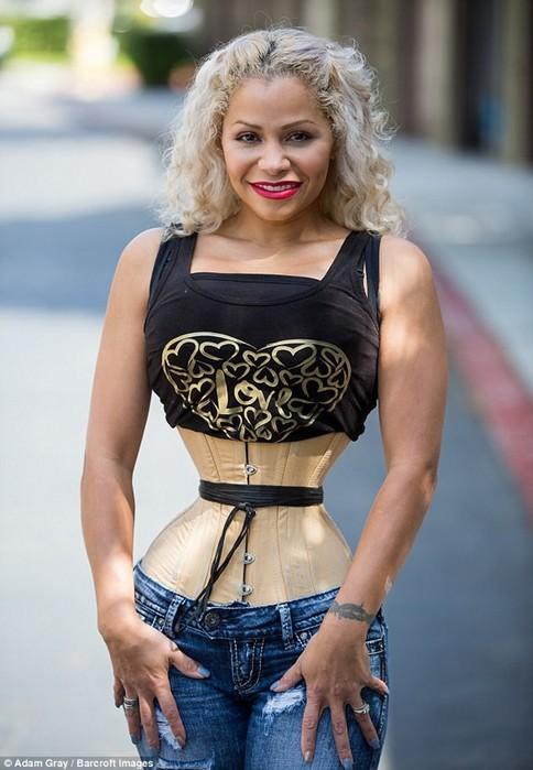 Американка носит корсет 23 часа в сутки, чтобы получить невероятно тонкую талию