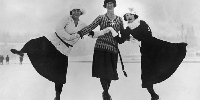 От длинных юбок до «голых» платьев: как менялись костюмы фигуристок за последние 100 лет