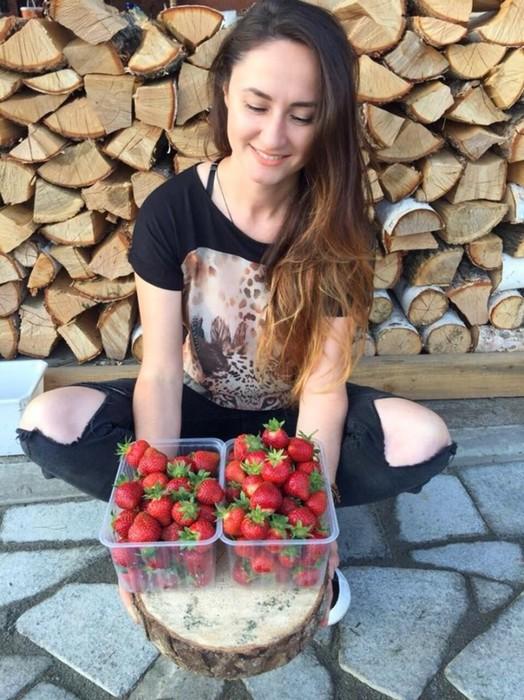 Фермер из ХабаровскаИрина Коровиналишилась своей клубничной плантации