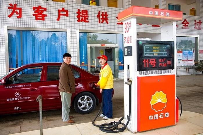 В Китае бензин дешевеет пятый раз сначала года