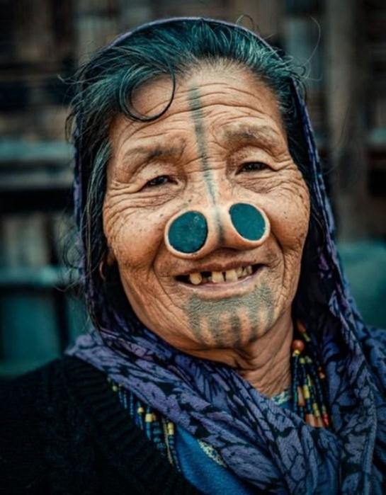 Зачем индийские женщины апатани носят втулки в носу