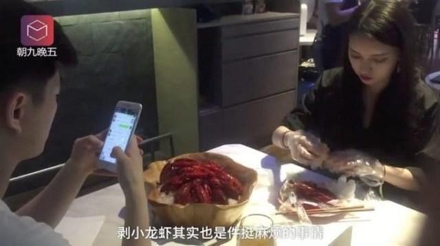 Красивые китаянки в ресторанах осваивают новую экзотическую профессию