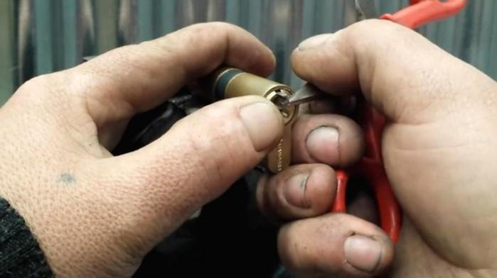 Как достать сломанный ключ из замка? Два простых способа