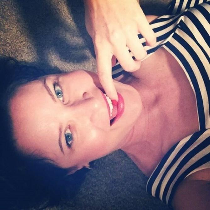 Палец в рот не клади: новый странный тренд на фото в инстаграм