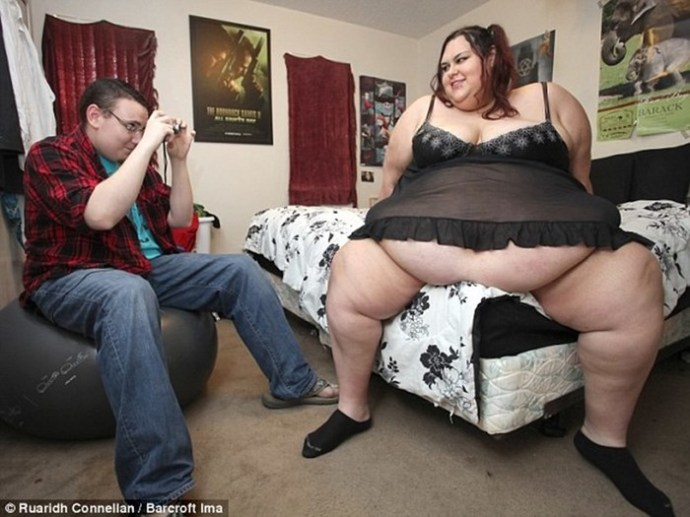 Жирная модель мечтает набрать 450 кг, а парень кормит ее через воронку