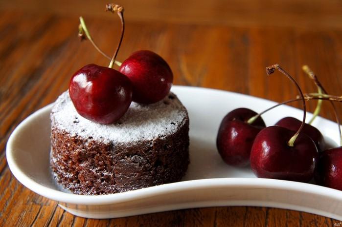 Вкусная сладка кухня: шоколадные маффины с вишней
