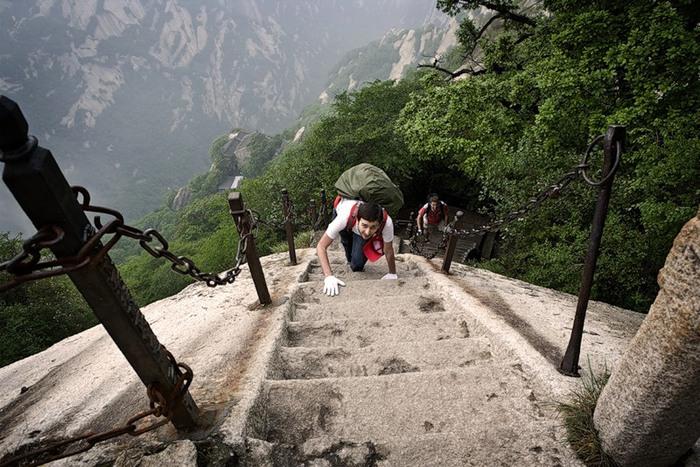Сотни туристов застряли на священной горе в Китае