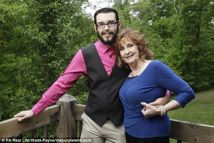71 летняя американка познакомилась с 17 летним парнем на похоронах сына и вышла за него замуж