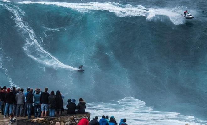 Гигантские волны в Португалии