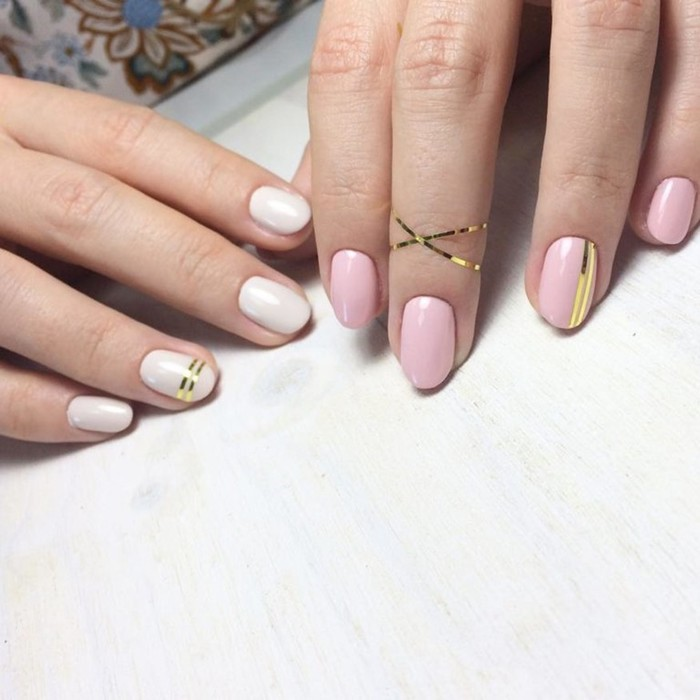 Модный изысканный маникюр с золотыми полосками