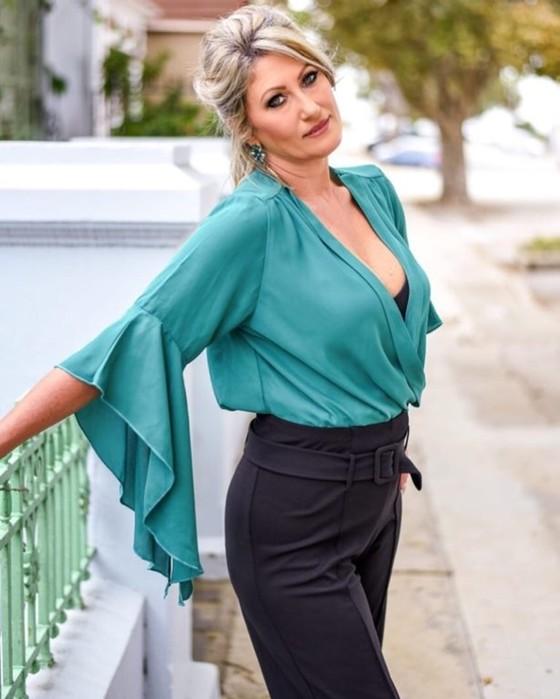 Каких цветов в одежде лучше избегать женщине за 50 и чем их можно заменить