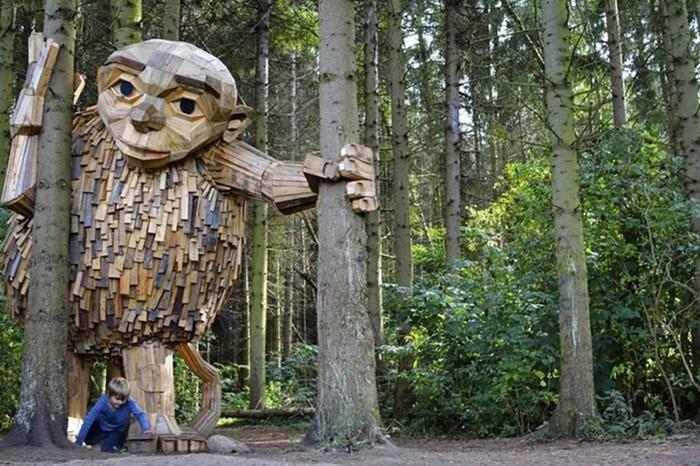 Датский художник создает в лесу деревянных великанов