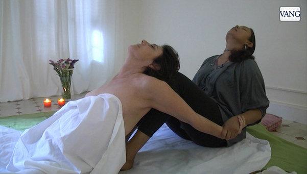 Así es la técnica del Abhyanga-Yoga