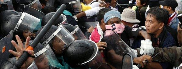 Tailandia estalla en manifestaciones, que ocupan dos ministerios