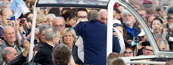 El papa Francisco invita a un conocido a subir al papamóvil