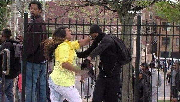 Madre enfurece tras descubrir a su hijo en las protestas de Baltimore