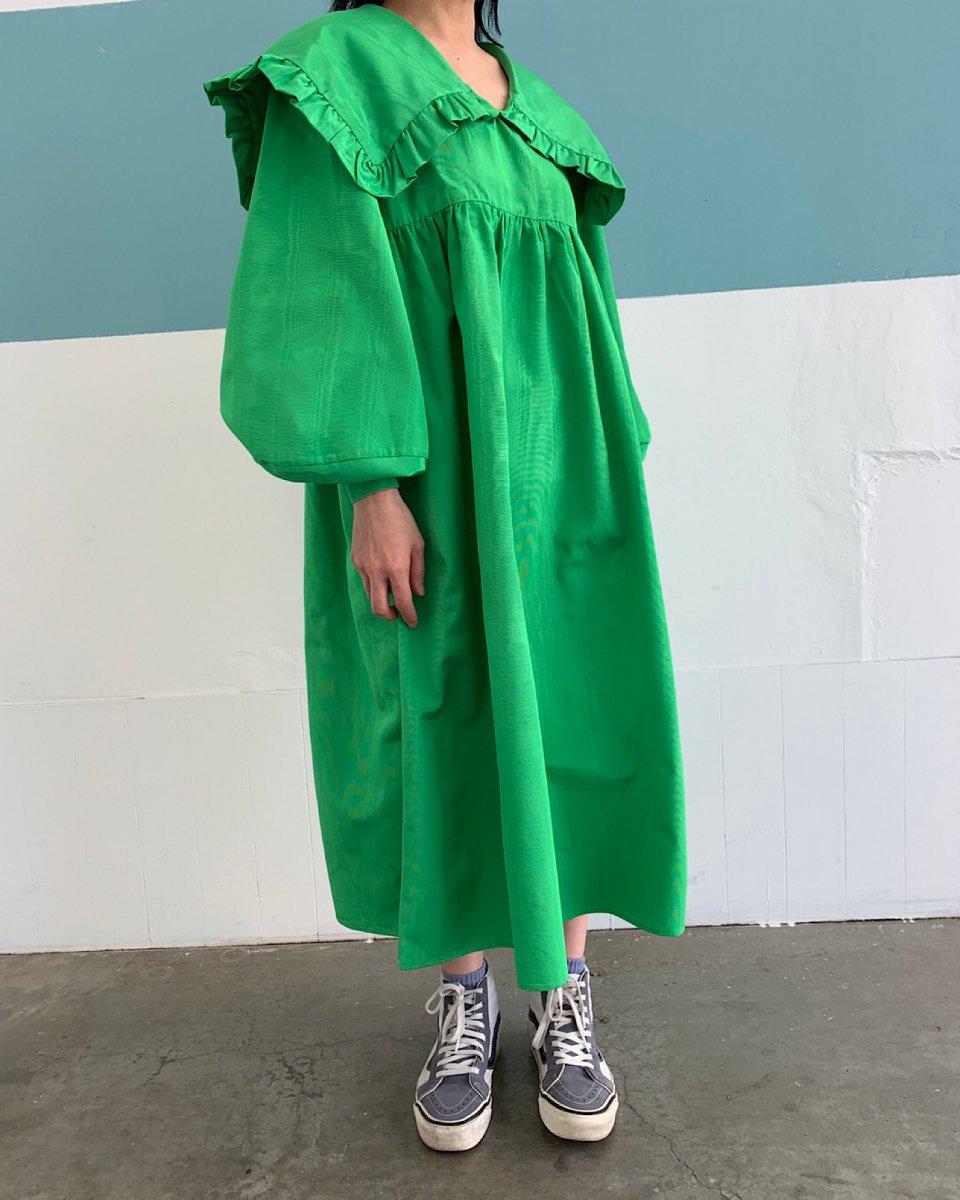セーラーカラーロングスリーブドレスの写真