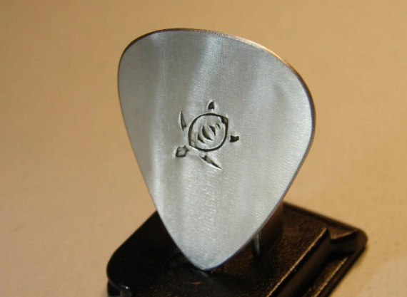 Sea turtle guitar pick handmade in aluminum - NiciLaskin