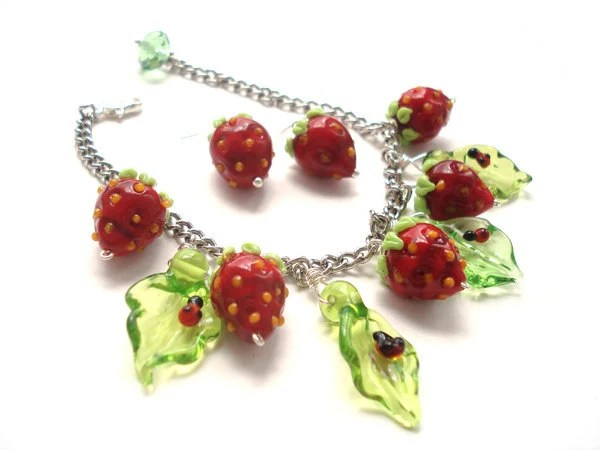 Strawberry lampwork bracelet with ladybugs and leaves - Myhappyhobby