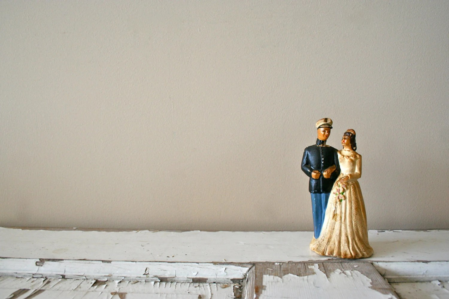antique wedding cake topper: 1950's military navy groom and bride - DessineAToi